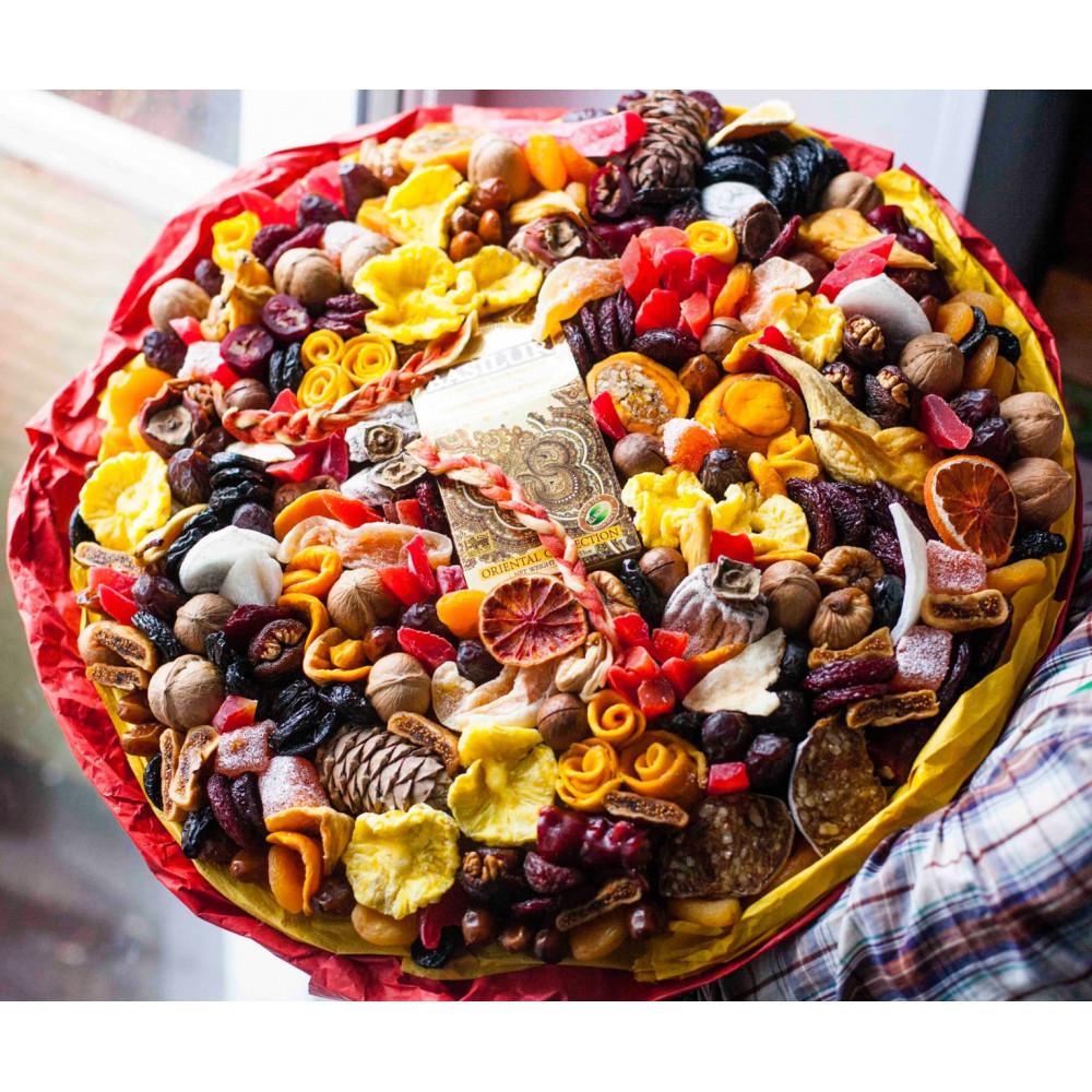Букет с сухофруктами и сладостями